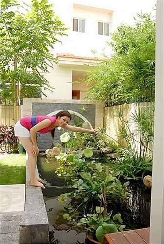 Khu vườn nhỏ trong sân vườn với hồ cá, hòn non bộ, cây xanh tạo điểm nhấn mướt mắt cho căn biệt thự.