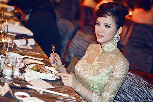 Bộ trang phục truyền thống pha màu hồng nhạt và xanh này được làm thủ công bằng tay có giá lên đến 12.000 USD (tương đương hơn 250 triệu VND).