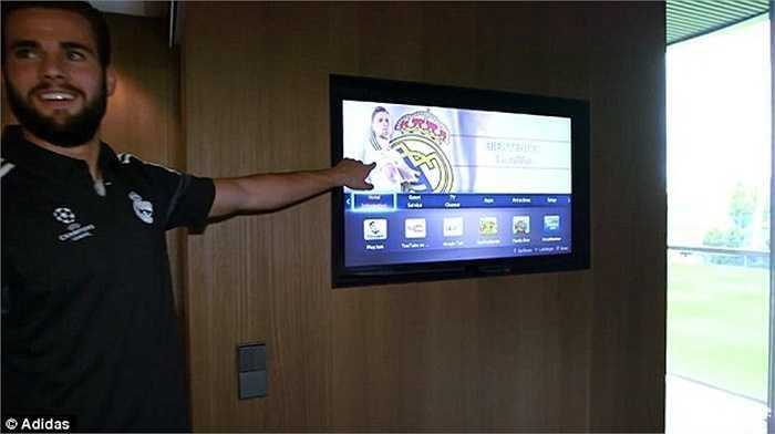 Thông tin cá nhân của các cầu thủ Real sẽ được hiển thị trên bảng điện tử ngay trong phòng.