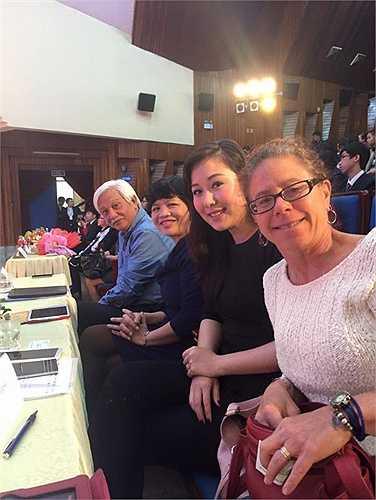 Ngô Phương Lan cùng các vị khách mời, đại diện cho nhiều ngành nghề, nhiều thế hệ trong một cuộc tọa đàm.