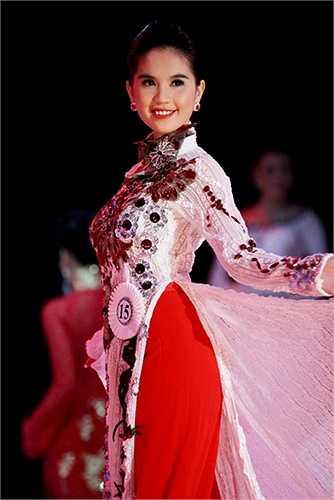 Trước đó, chân dài xứ Trà Vinh được nhiều người nhắc đến với vai trò người mẫu nội y và các phát ngôn gây sốc trên mặt báo. Vì vậy, nhiều người tỏ ra khó hiểu khi cô đạt giải trong một cuộc thi nhan sắc mang 'tầm vóc' quốc tế.