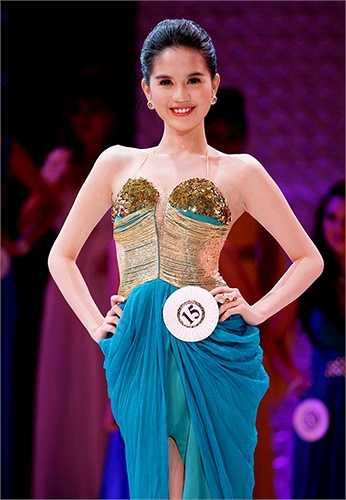 Chưa kịp hãnh diện với mỹ danh hoa hậu, cuộc thi Hoa hậu Việt Nam hoàn cầu bị người mẫu lâu năm trong nghề Thúy Hạnh nhận xét giống như đêm nhạc tạp kỹ vì các phần thi trong chương trình quá mờ nhạt, chưa xứng tầm với một cuộc thi hoa hậu.