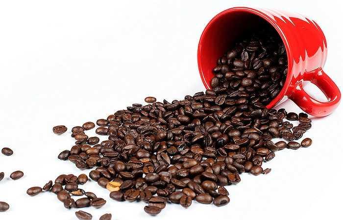 Cà phê: Chỉ riêng mùi hương đặc trưng của cà phê bản thân nó đã có thể làm rộn rã các giác quan. Hãy đem đến cho người yêu một tách cà phê đen nguyên chất để tạo nên một cú hích tình yêu thật đặc biệt.