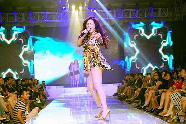 Hoàng Thùy Linh là một ca sĩ  có vũ đạo bài bản, cô thường xuyên xuất hiện trên khấu cùng vũ đoàn.