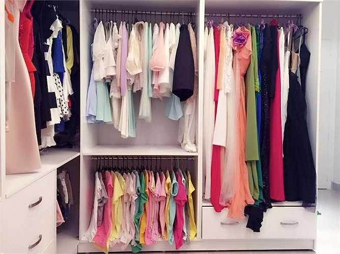 Khá nhiều váy vóc, đầm dự tiệc màu sắc trong tủ đồ của Midu.