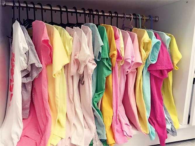 Áo thun đơn giản nhưng màu sắc bắt mắt, nổi bật chiếm diện tích khá lớn trong tủ đồ của cô nàng.