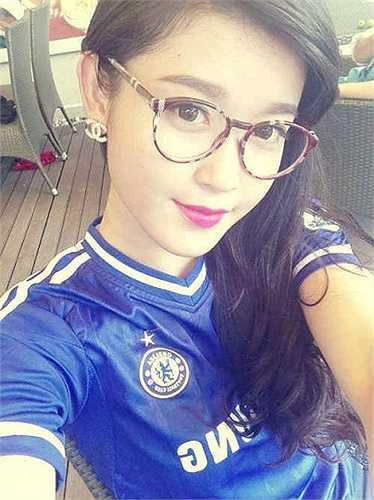 Ở bên kia chiến tuyến, á hậu Huyền My là đại diện xuất sắc cho fan Chelsea ở Việt Nam