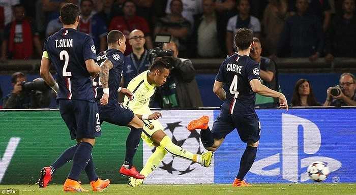 Mặc dù vậy, tại đất Pháp đêm qua chỉ có những nghệ sĩ Tây Ban Nha chơi bóng. Neymar đưa đội khách vượt lên ở phút 18, sau cú chọc khe của Messi