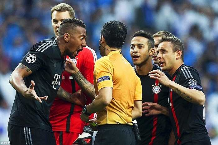 Ngay phút thứ 2, Xabi Alonso trượt chân khó hiểu, giúp Jackson Martinez đối mặt với Neuer. Thủ thành người Đức buộc phải phạm lỗi chịu phạt đền