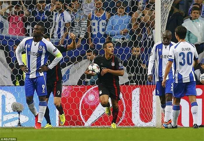 Thiago Alcantara đem lại hy vọng cho đội khách với bàn gỡ ở phút 28