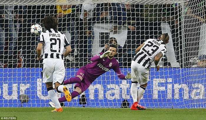 Trước đó, tiền đạo Morata bị phạm lỗi trong vòng cấm và Bà đầm già đã kịp thời nắm giữ lợi thế 1 bàn trước trận lượt về