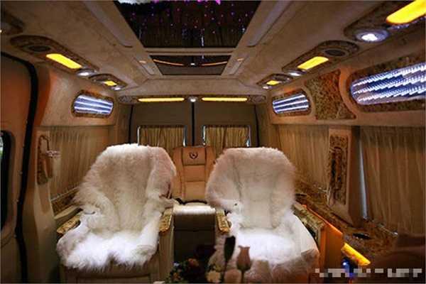 Trên xe có cả quầy bar mini phục vụ nhu cầu thưởng thức của Mr Đàm.