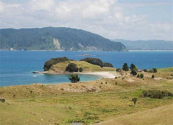 Để ra đảo có thể đi máy bay từ Auckland khoảng 2 tiếng. Trên đảo hiện có 2 đường băng