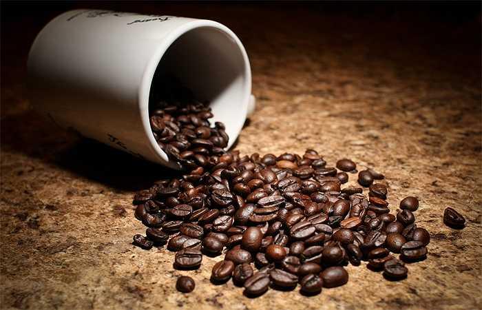 Cà phê: Một cốc cà phê mỗi ngày có lợi cho sức khỏe tim mạch của bạn. Tuy nhiên nếu dùng quá nhiều, nó lại cho những tác dụng ngược. Bởi trong cà phê có chất caffein, uống quá nhiều gây bồn chồn, run, tăng nhịp tim, huyết áp, thậm chí là rối loạn nhịp tim, đặc biệt là tăng cholesterol xấu, có hại cho sức khỏe.