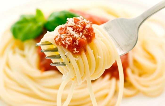 Mỳ ống: Chế độ ăn Địa Trung Hải được coi là tốt cho việc giảm cholesterol, điều này hoàn toàn đúng. Miễn là bạn nên tránh xa các loại mỳ, thịt viên, bơ, nước sốt với bơ hoặc kem, pho mát, mì ống .... Món mỳ ống thường đi kèm với các loại sốt, và đây chính là kẻ thù số một làm tăng mỡ máu của bạn.