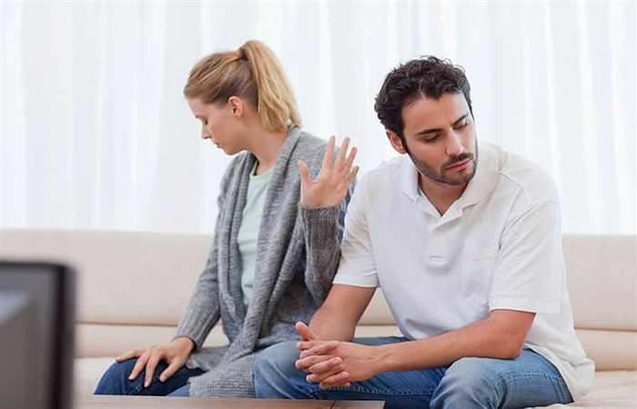 Căng thẳng: Khi căng thẳng, nhiều người thường giải tỏa bằng cách hút thuốc, uống rượu hoặc ăn các thức ăn chứa nhiều chất béo. Do đó, căng thẳng kéo dài có thể khiến cholesterol trong máu tăng lên.