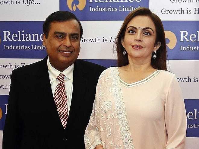 Nita Ambani – phu nhân Mukesh Ambani, người giàu nhất Ấn Độ: Là người đồng sở hữu đội bóng chày Mumbai Indians đáng giá hàng trăm triệu USD, Nita tích cực tham gia các hoạt động gây quỹ phục vụ giáo dục, cứu trợ thiên tai và giúp đỡ người mù. Bên cạnh đó, cô cũng là người sáng lập Trường quốc tế Dhirubhai Ambani, một trường tư thục có tiếng ở Mumbai. Nita còn được biết đến là ủy viên Hội đồng quản trị Tập đoàn Reliance Industries do chồng làm chủ.