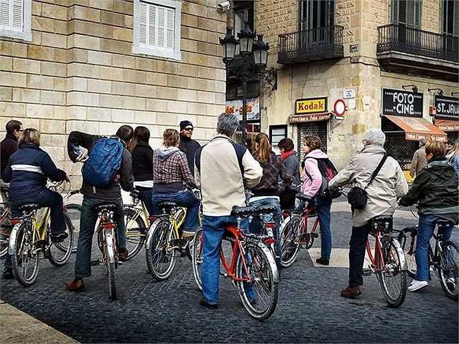 Hướng dẫn viên du lịch: Thu nhập trung bình 16,26 USD/giờ, tăng trưởng việc làm: 7%. Mô tả công việc: Lập kế hoạch, tổ chức và tiến hành các chuyến du lịch đường dài, các tour du lịch và các cuộc thám hiểm cho các cá nhân và nhóm.