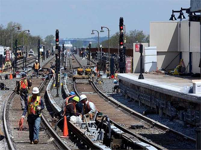 Thợ sửa chữa hệ thống tín hiệu: Thu nhập trung bình: 26,75 USD/giờ, tăng trưởng việc làm: 11%. Mô tả công việc: Lắp đặt, kiểm tra, sửa chữa hoặc duy trì vận hành các cổng điện, tín hiệu, thiết bị hoặc hệ thống mạng truyền thông trong hệ thống đường sắt.