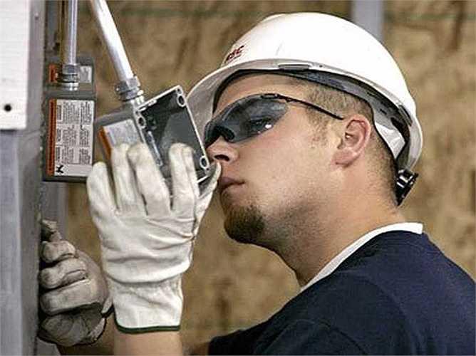 Thợ lắp đặt và sửa chữa hệ thống điện: Thu nhập trung bình: 30,85 USD/giờ, tăng trưởng việc làm: 7%. Mô tả công việc: Cài đặt hoặc sửa chữa các loại cáp hoặc dây được sử dụng trong các hệ thống điện, có thể dựng được cột hoặc tháp truyền điện.