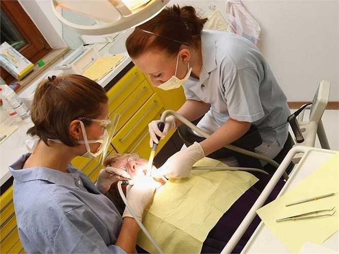 Vệ sinh nha khoa: Thu nhập trung bình: 34,19 USD/giờ, tăng trưởng việc làm: 9%. Mô tả công việc: làm sạch răng và kiểm tra vùng miệng, phát hiện ra dấu hiệu của các bệnh về răng miệng.