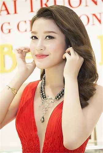 Sau sự kiện tại Phú Quốc, hôm nay (16/4), cô lại tiếp tục nhận lời mời tham dự event cho nhãn hàng do cô làm đại sứ tại 1 trung tâm thương mại ở Sài Gòn.