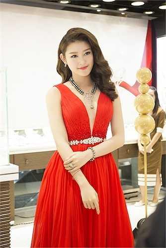 Huyền My xuất hiện rạng rỡ và nổi bật tại sự kiện với váy dạ hội màu đỏ với đường xẻ sâu vô cùng gợi cảm.