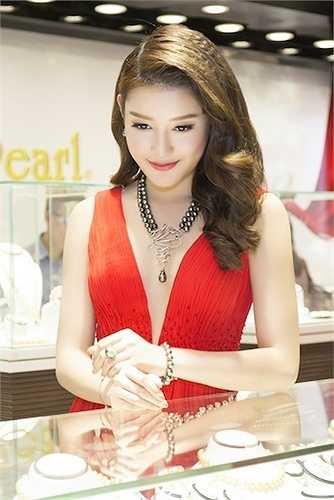 Hiện tại cô đang theo học chuyên ngành thiết kế thời trang tại Học viện thời trang London (Hà Nội).