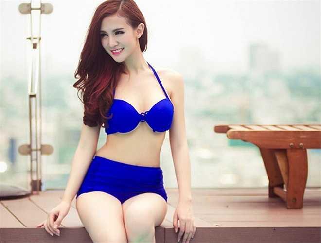 Đường cong cơ thể của Kelly Nguyễn được tôn vinh hết mực trong bộ bikini cạp cao màu xanh coban
