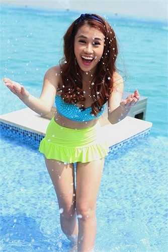 Với bộ áo bơi cạp cao kiểu này, Ngọc Thảo không lo sợ hớ hênh và có thể thoải mái bơi lội