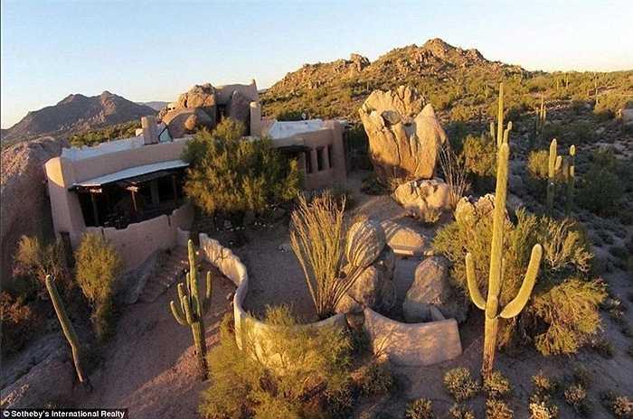 Thoạt nhìn, căn biệt thự tại vùng Scottsdale, Arizona, Mỹ bị bao phủ bởi những phiến đá lớn