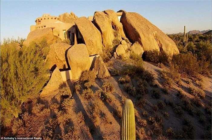 Căn nhà rộng khoảng hơn 400m2 trong lòng các phiến đá