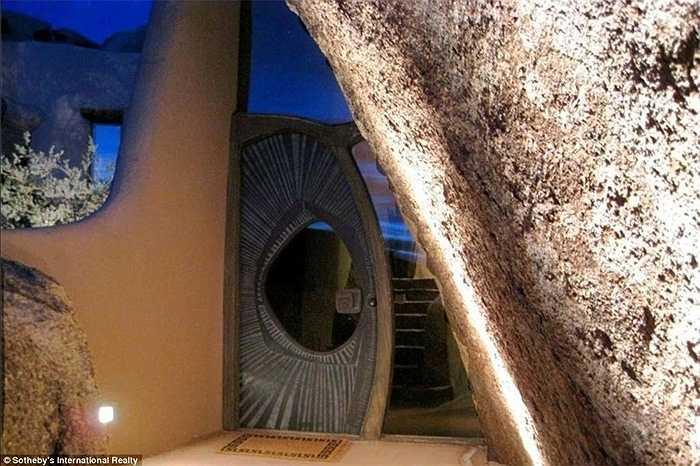 Đây là cửa chính bước vào căn nhà độc đáo này