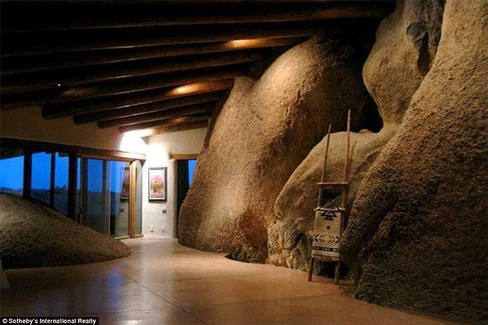 Nét pha trộn giữa hang đá hoang sơ và cửa kính hiện đại