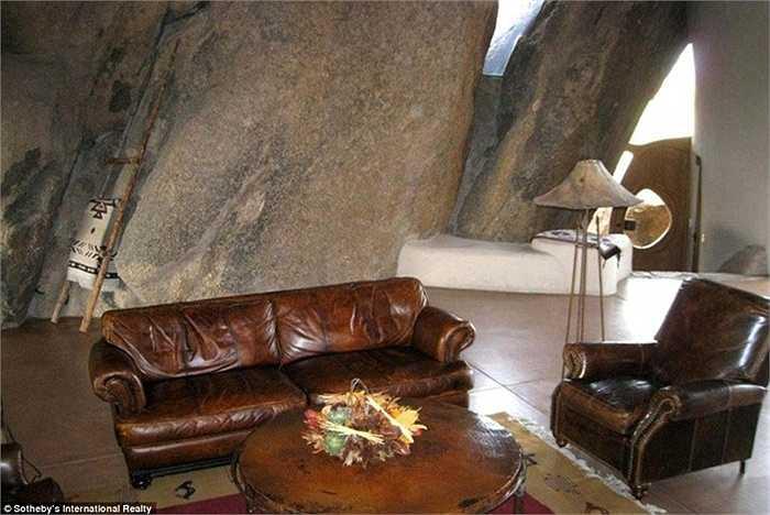 Ngoài ra, phòng khách còn được trang bị một chiếc ghế sofa da thật đắt giá