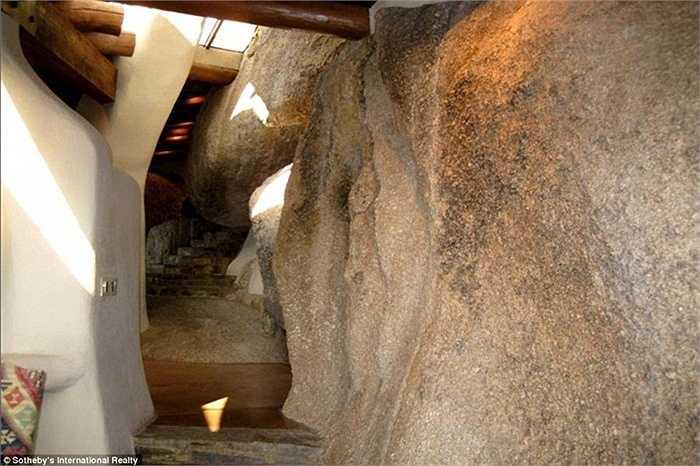 Một số lối đi trong nhà có một bên tường là đá và bên con lại là vách ngăn bình thường