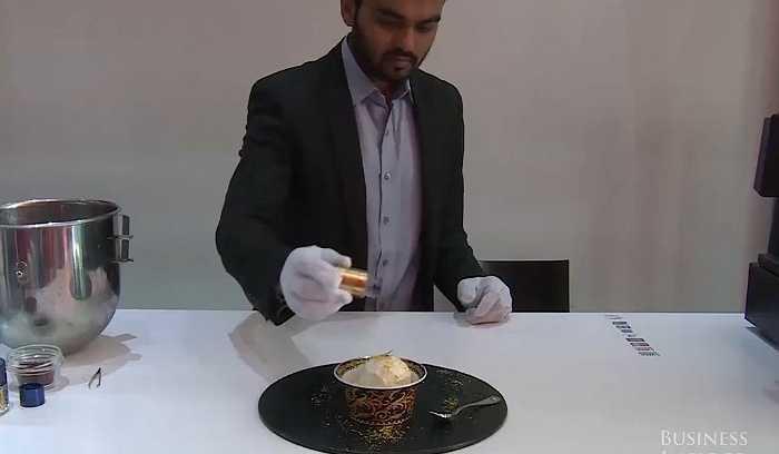 Vàng 23 carat được rắc lên bề mặt trên của kem