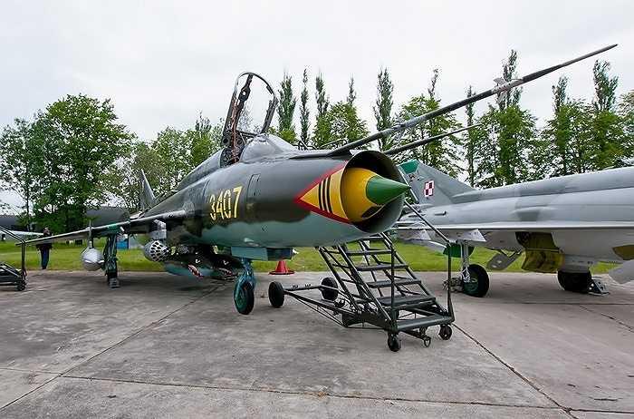 Về hệ thống vũ khí trang bị cho Su-22M/M3/M4, các biến thể thiết kế với 2 pháo NR-30 cỡ 30mm (80 viên đạn mỗi súng)