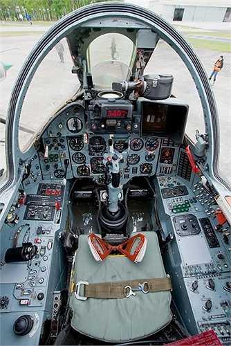 Ngoài ra, hai mấu cứng dưới cánh Su-22 mang tên lửa đối không tầm nhiệt R-60 để tự phòng vệ