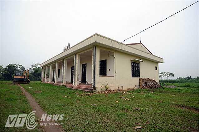 Theo phản ánh của người dân thôn Lương Xá (Xã Lam Điền, Chương Mỹ, Hà Nội) ngôi trường này đã bị bỏ hoang khoảng 3 năm nay. Tại khu đất xây dựng trường mới, người dân thường xuyên thả bò, chăn bò tại đây.