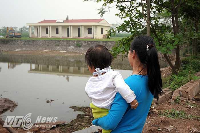 Những phụ huynh đang có có em theo học ở điểm trường mầm non thôn Lương Xá đều mong rằng các cấp lãnh đạo sẽ hoàn thành sớm ngôi trường này để các em có thể được học tại 1 ngôi trường khang trang và sạch đẹp hơn. (Ảnh: Việt Linh)