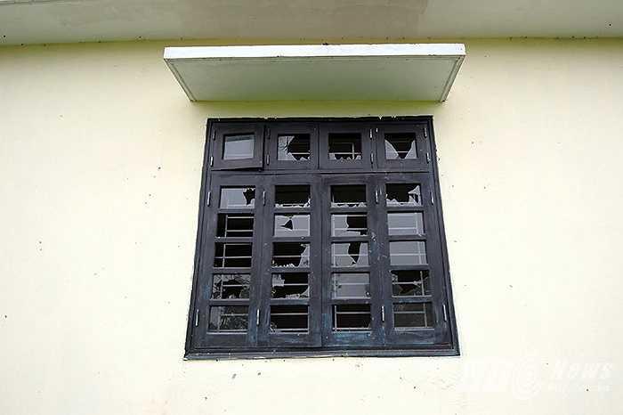 Không có người trông coi, cơ sở vật chất của ngôi trường bị một số xuống cấp, phá hoại.