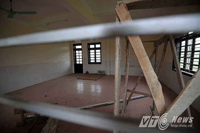 Bên trong, dù cơ sở vật chất đã đi vào hoàn thiện thế nhưng ngôi trường mầm non mới của trẻ em thôn Lương Xá vẫn đang bị bỏ hoang.