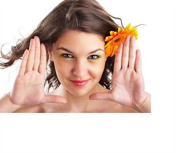 Bôi kem dưỡng da là cách chăm sóc da rất tốt, vừa bổ sung độ ẩm vừa cung cấp dưỡng chất cần thiết giúp da mềm mại, sáng đẹp. Tuy nhiên, bạn không nên dùng kem ban ngày khi tiếp xúc với nắng, khói bụi vì các chất bẩn sẽ bám vào kem, bít lỗ chân lông, sinh ra vi khuẩn gây mụn.