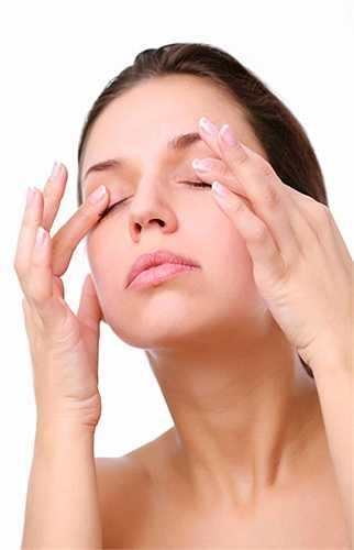 Mát xa da mặt: thường xuyên mát xa da mặt dùng các đầu ngón tay massage cằm, cổ, quai hàm, má theo hướng từ dưới lên trên, từ trong ra ngoài. Việc mát xa mặt đúng cách có tác dụng rất tốt cho da.
