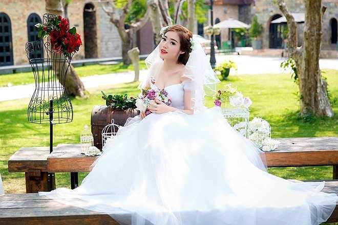 Trong bộ ảnh vừa thực hiện, Elly Trần bất ngờ trở thành cô dâu xinh đẹp, rạng rỡ. Trước nghi ngờ loạt ảnh mới cũng là ảnh cưới ngoài đời, bà mẹ một con chia sẻ cô chỉ chụp ảnh theo yêu cầu của khách hàng.