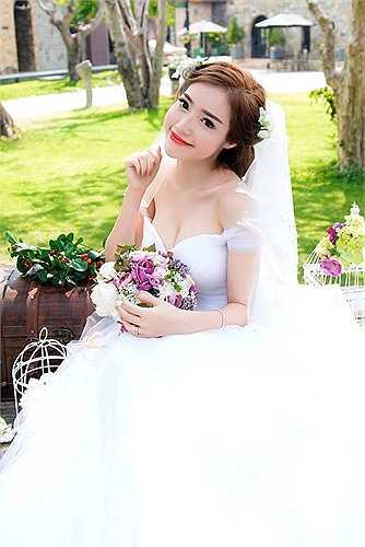 Không thể hiện hình ảnh nóng bỏng, gợi cảm thường thấy, lần này, Elly Trần chọn phong cách ngọt ngào trong bộ váy cưới trắng muốt.