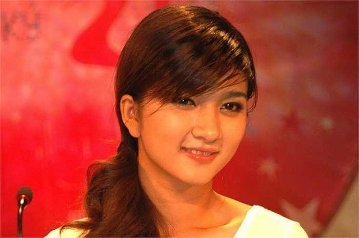 Kim Tuyến được biết đến từ cuộc thi Phụ nữ thế kỷ 21 tổ chức năm 2006, khi cô mới 19 tuổi.Sau chương trình, cô bất ngờ lên xe hoa và đến năm 22 tuổi ly hôn và trở thành bà mẹ đơn thân.