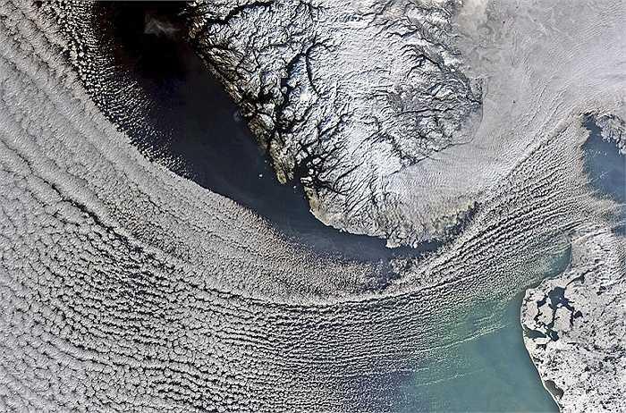 Đám mây quét qua Biển Bắc trong hình ảnh chụp từ vệ tinh Envistat. Đan Mạch là ở góc dưới bên phải và Na Uy là phần trung tâm phía trên.
