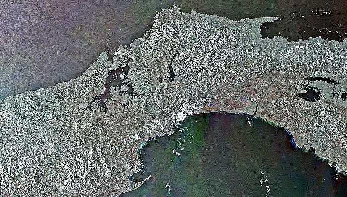 Đây là kênh đào Panama. Các chấm màu ở trung tâm của hình ảnh hay ở phía trên, phía dưới là những tàu thuyền đang di chuyển tại khu vực này.
